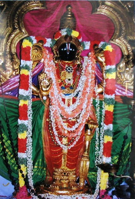 Thirunarayanan, with the very tiny idol of Thulikka Naachiyaar at this feet